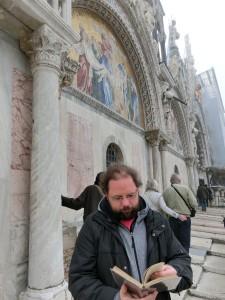 """Mit """"Meyers Ober-Italien"""" vor der Markuskirche"""