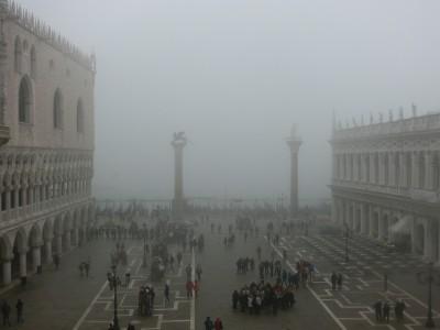 Die Piazzetta am Markusplatz im Nebel